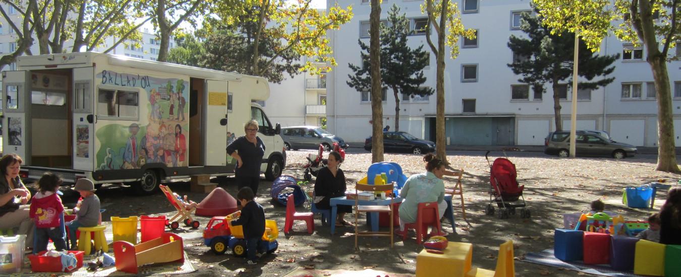 Depuis 2005, de nombreuses actions se déploient pour aller au plus près des lieux d'habitation des parents, notamment les plus isolés